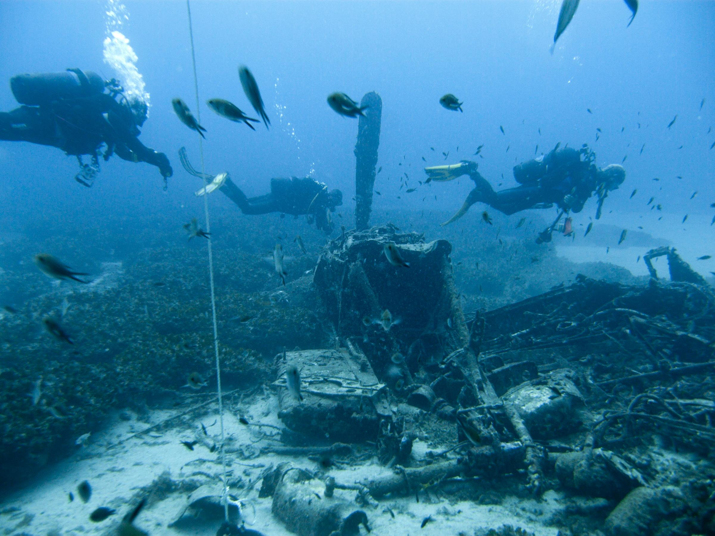 Divers at Mosquito airplane wreck