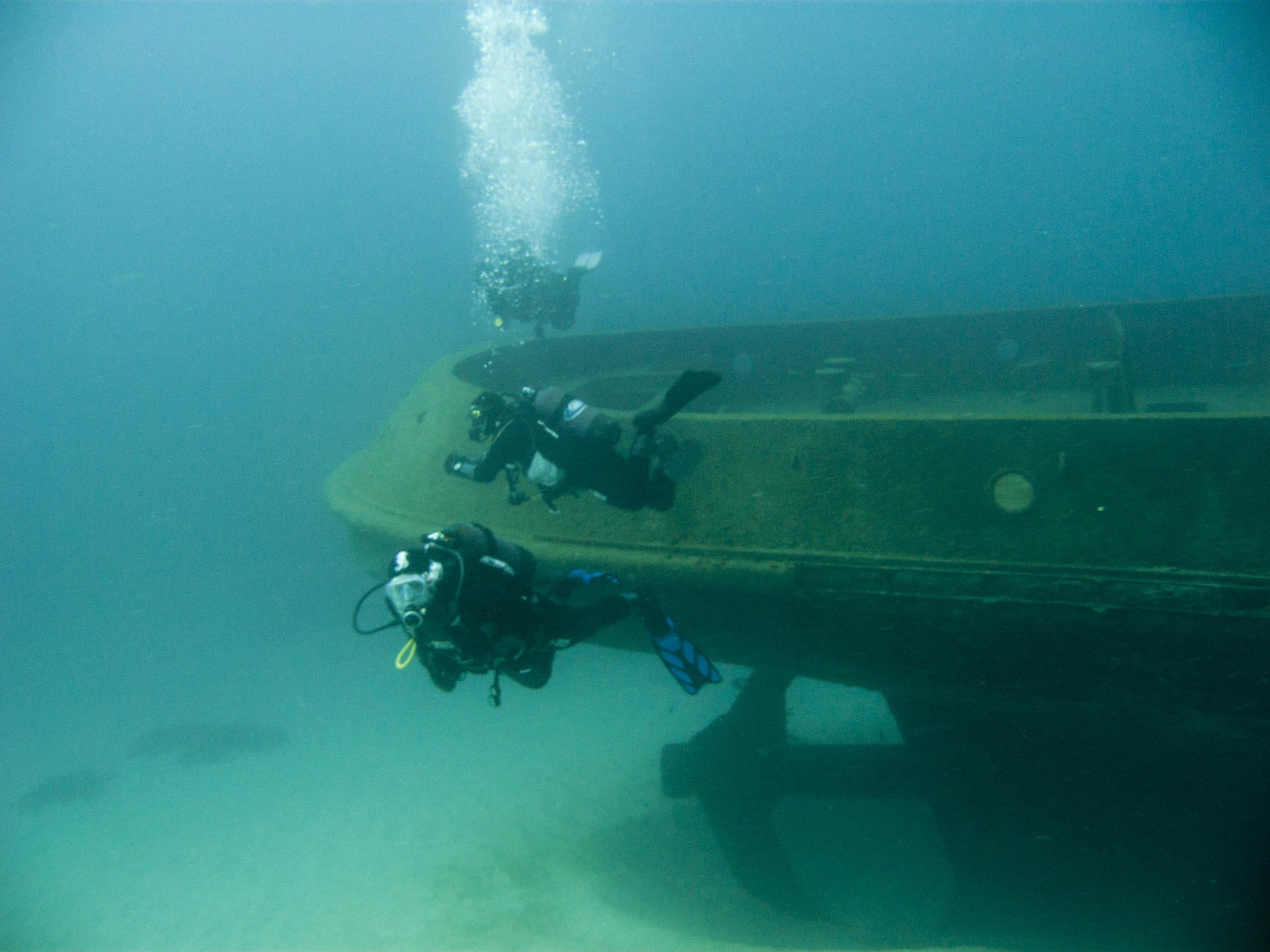 Divers at Tug 2 stern