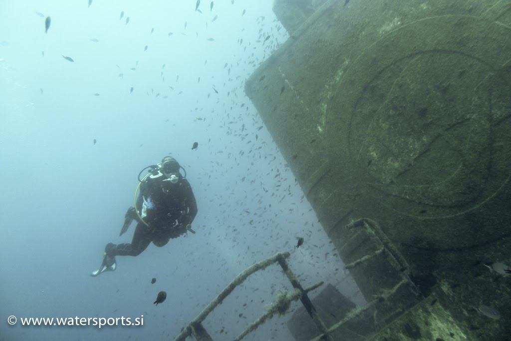 girl divers enyojing nice wreck dive [Matjaz Repnik]